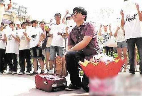 20万折成心形的百元大钞求婚