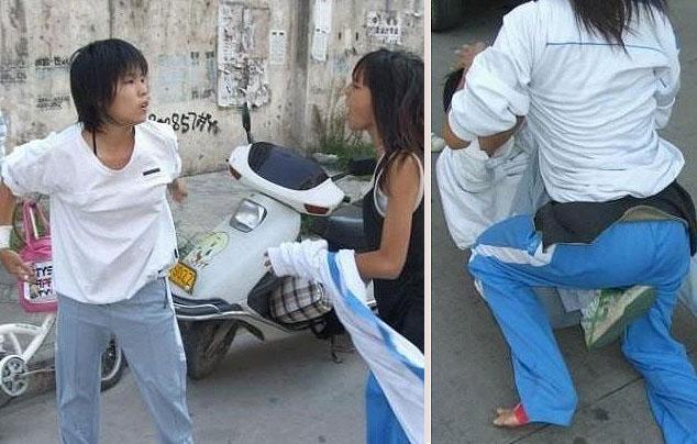 这是一组女中学生当街打架的照片
