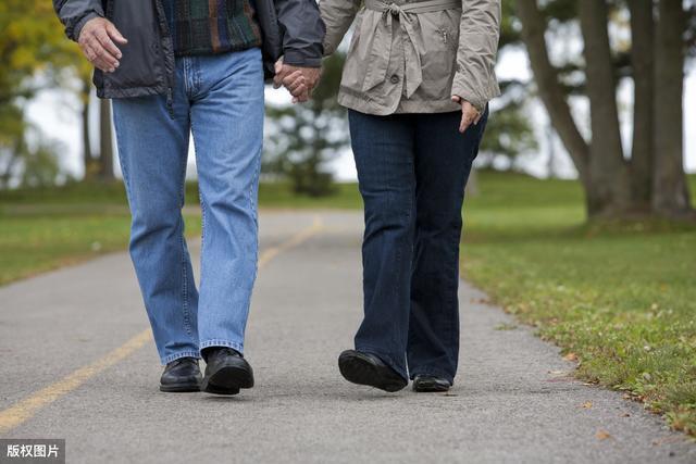走路姿势可以看出身体健康状态?若有这6种情况,则要当心了